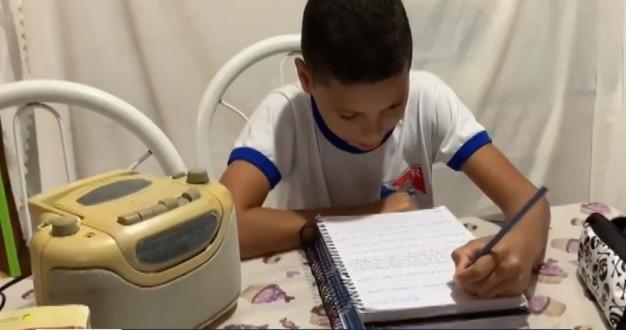 Sem aulas presenciais por causa da pandemia, estudantes de escolas públicas de cidade da Bahia têm aula pelo rádio; VÍDEO