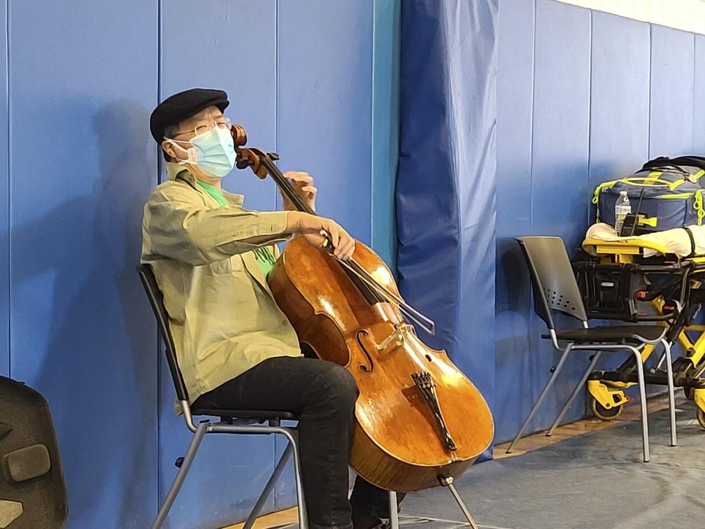 Yo-Yo Ma toca violoncelo no Berkshire Community College, nos EUA, após receber a 2ª dose da vacina contra a Covid-19 — Foto: Jonah Sykes/Berkshire Community College/AFP