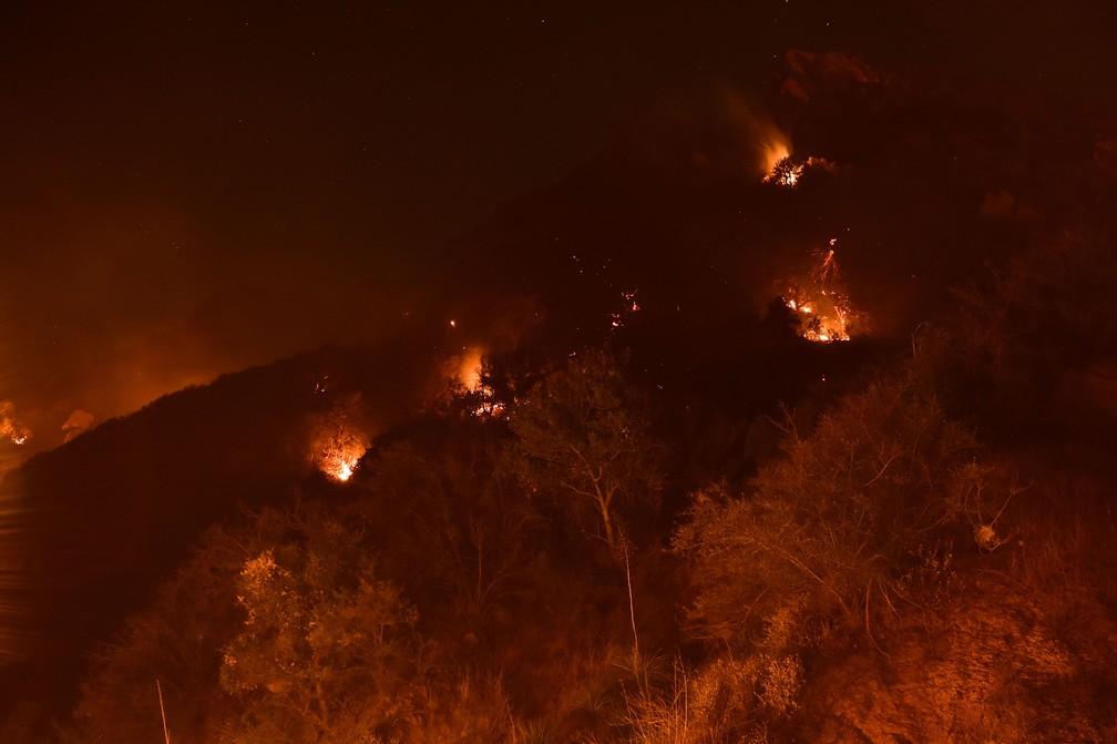 Focos de incêndio pontuais estavam nas colinas acima da Universidade Pepperdine, na região de Malibu, na Califórnia, na segunda-feira (13) — Foto: Robyn Beck / AFP