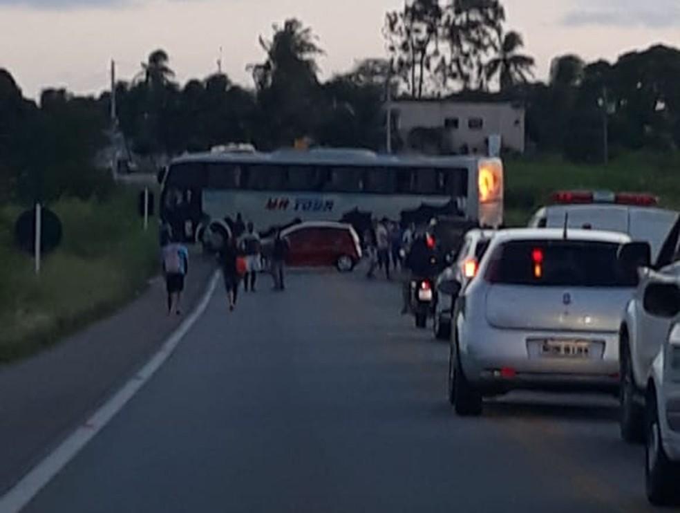 Ã?nibus foi atravessado na pista pelos bandidos na BR-226, no RN â?? Foto: Redes sociais