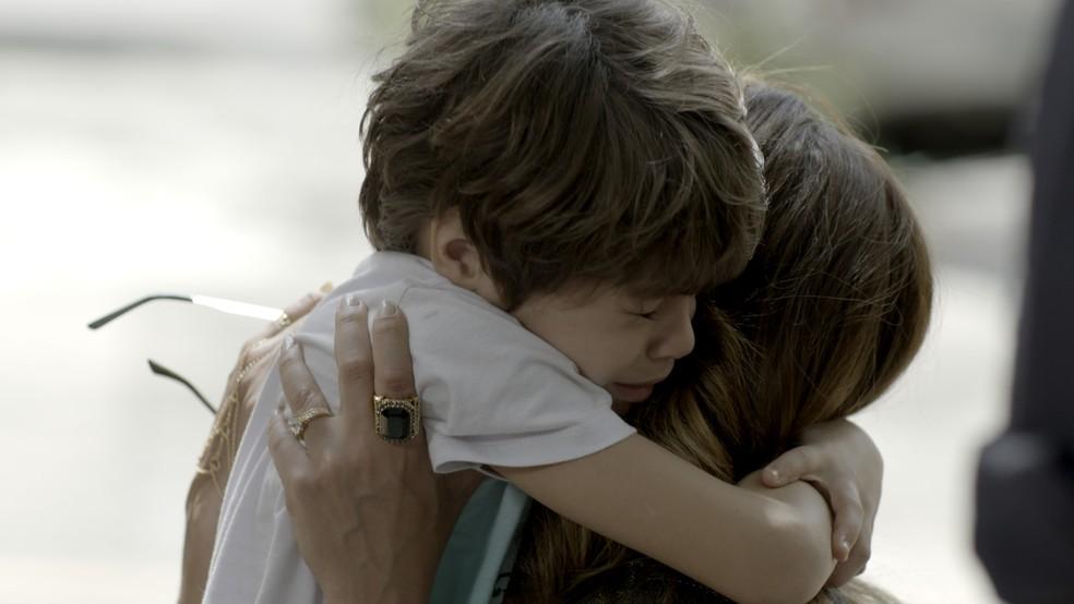 Dedé se desespera quando vê que a mãe vai ser levada pela polícia — Foto: TV Globo