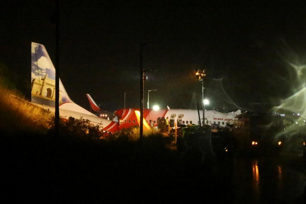 Equipes de resgate procuram sobreviventes depois que um avião da Air India Express com 191 passageiros sofreu um acidente ao pousar no aeroporto de Calicute, no sul da Índia, nesta sexta-feira (7) — Foto: Stringer/Reuters