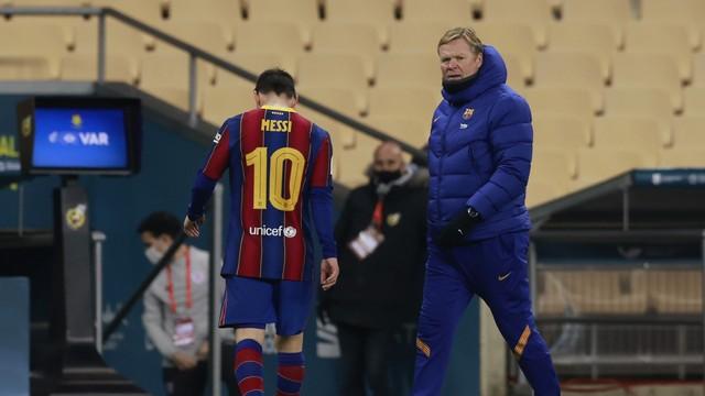 Messi deixa o campo após ser expulso na final da Supercopa da Espanha