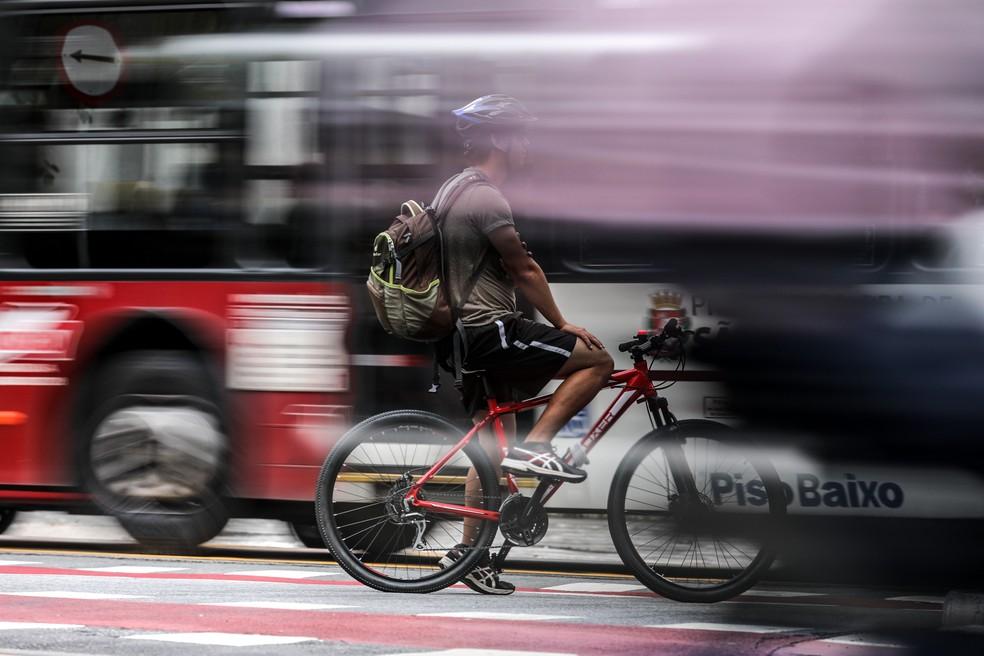 Ciclista entre dois ônibus na ciclovia da avenida Engenheiro Luis Carlos Berrini, na Zona Sul de São Paulo — Foto: Marcelo Brandt / G1
