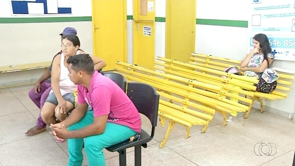 Pacientes esperando por exames que estão suspensos em postos de saúde em Araguaína (Foto: Reprodução/TV Anhanguera)