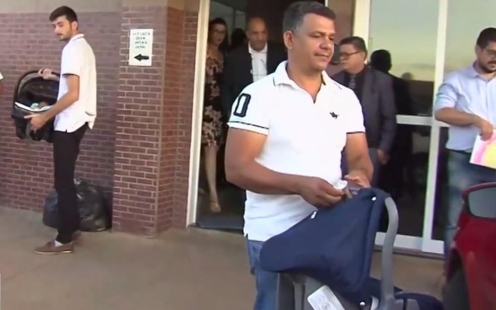 Pais estiveram no hospital de Trindade para coletar amostras genéticas — Foto: Reprodução/TV Anhanguera