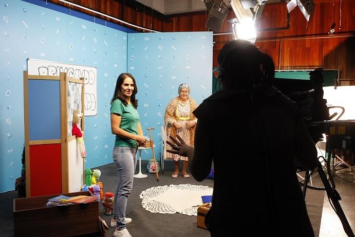 Programa 'Escola em casa' começa a exibir aulas em vídeo para alunos da rede municipal em Uberlândia