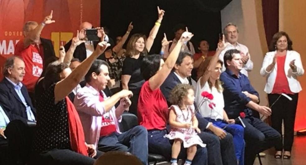 O candidato do PT à Presidência, Fernando Haddad (terceiro da direita para a esquerda), durante um evento de campanha em SP — Foto: Lívia Machado/G1
