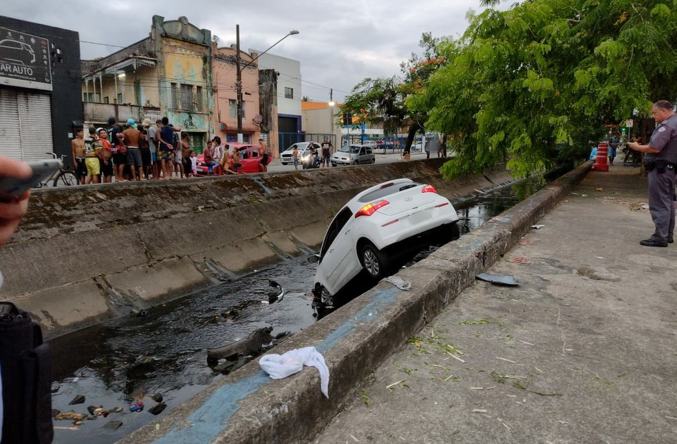 Acidente ocorreu na Avenida Campos Sales, em Santos, SP — Foto: G1 Santos