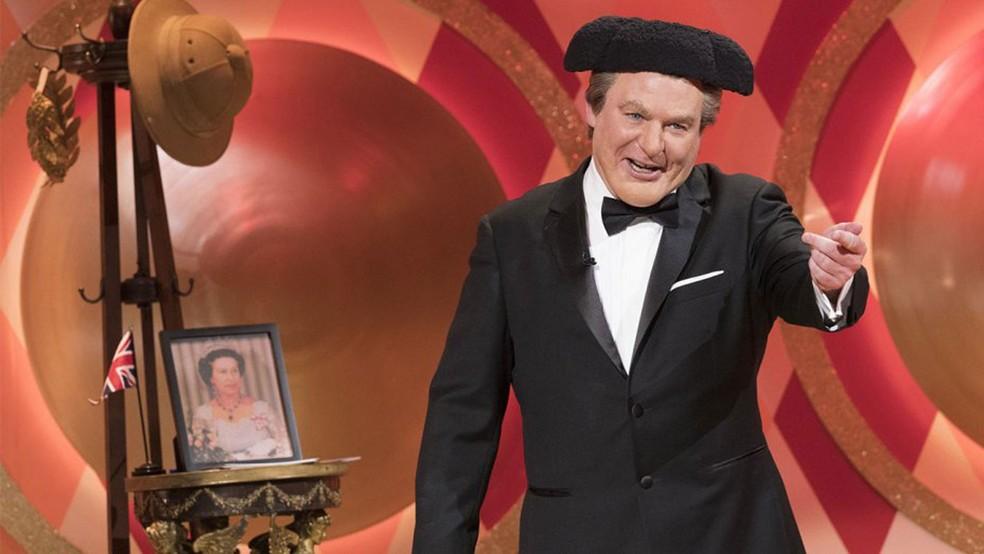 Mike Myers caracterizado como Tommy Maitland, apresentador do programa 'The Gong Show' (Foto: Divulgação)