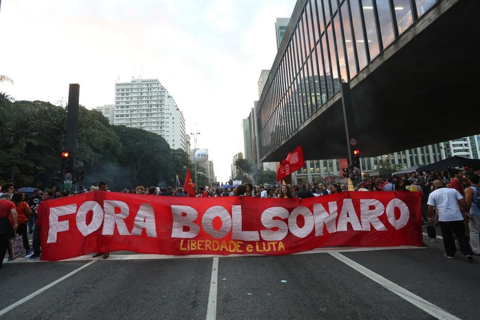 SÃO PAULO, 17:24: Manifestantes carregam cartazes contra o presidente Jair Bolsonaro em protesto na Avenida Paulista nesta sexta (14) — Foto: Celso Tavares/G1