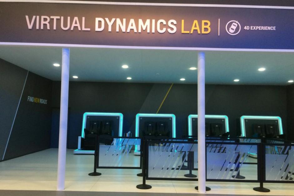 Sala de teste drive envolvendo simuladores de realidade virtual fez sucesso no Salão de Detroit, nos Estados Unidos, e agora chega ao Brasil no Salão de SP (Foto: Mariana Rudzinski)