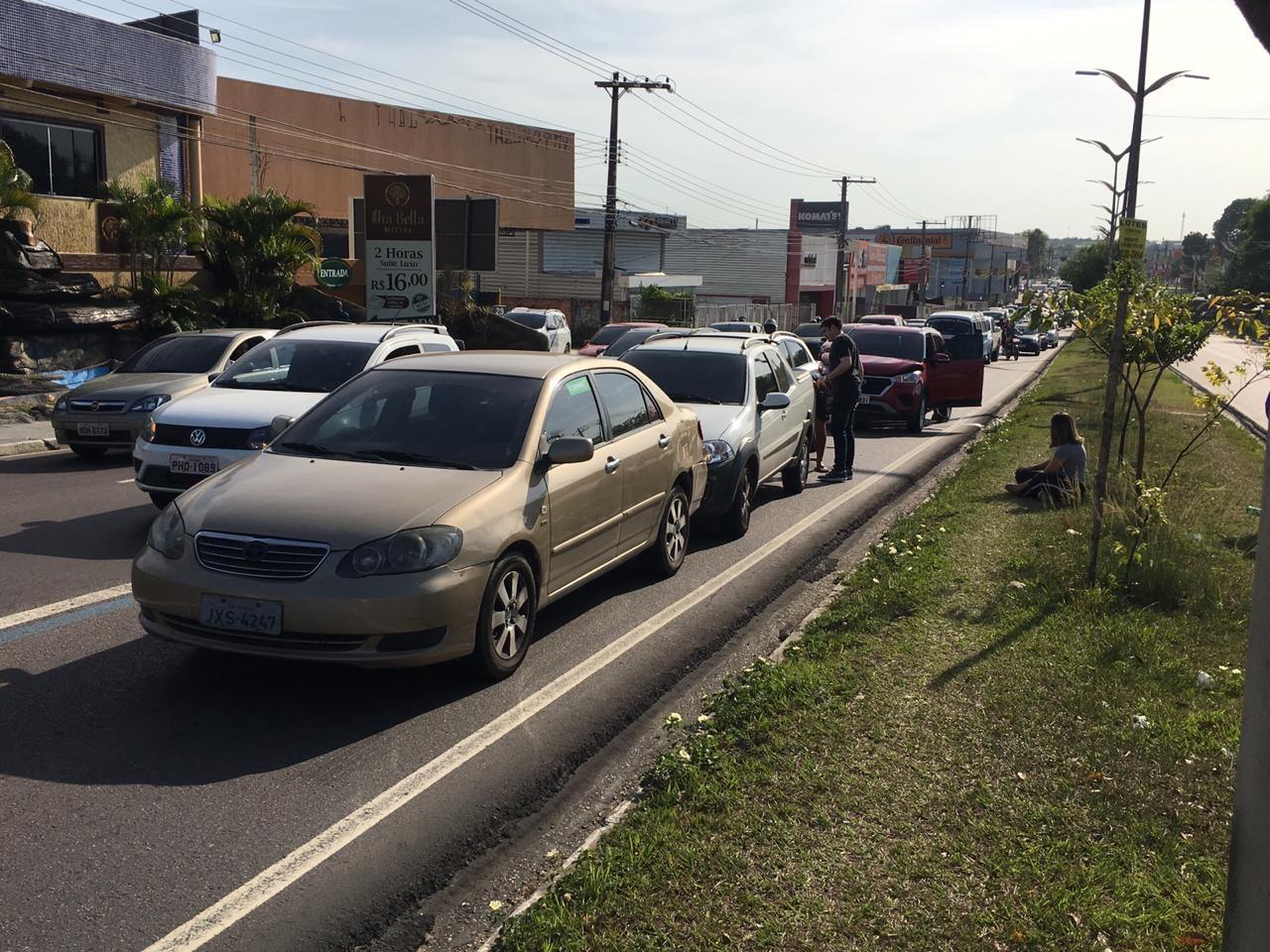 08h: Acidente entre carros deixa trânsito lento na Zona Norte de Manaus