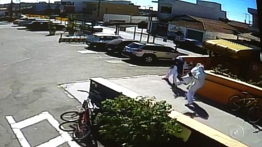 Câmeras registram ação de ladrões vestidos de açougueiros em roubo a carro-forte; vídeo