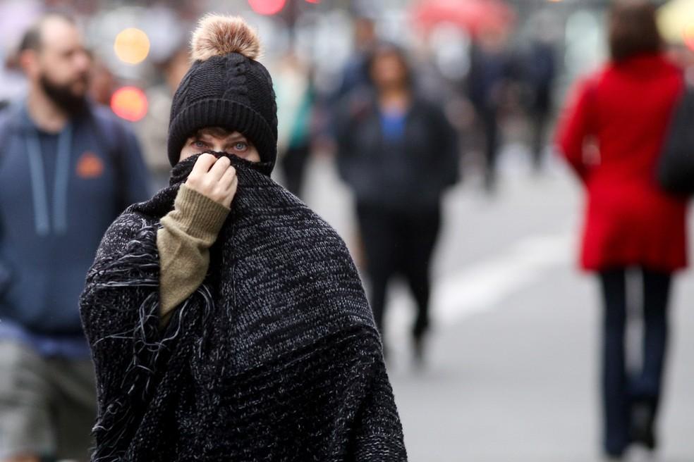 65a7f088235b ... nesta Pedestres se protegem do frio na região da Avenida Paulista, em São  Paulo, nesta