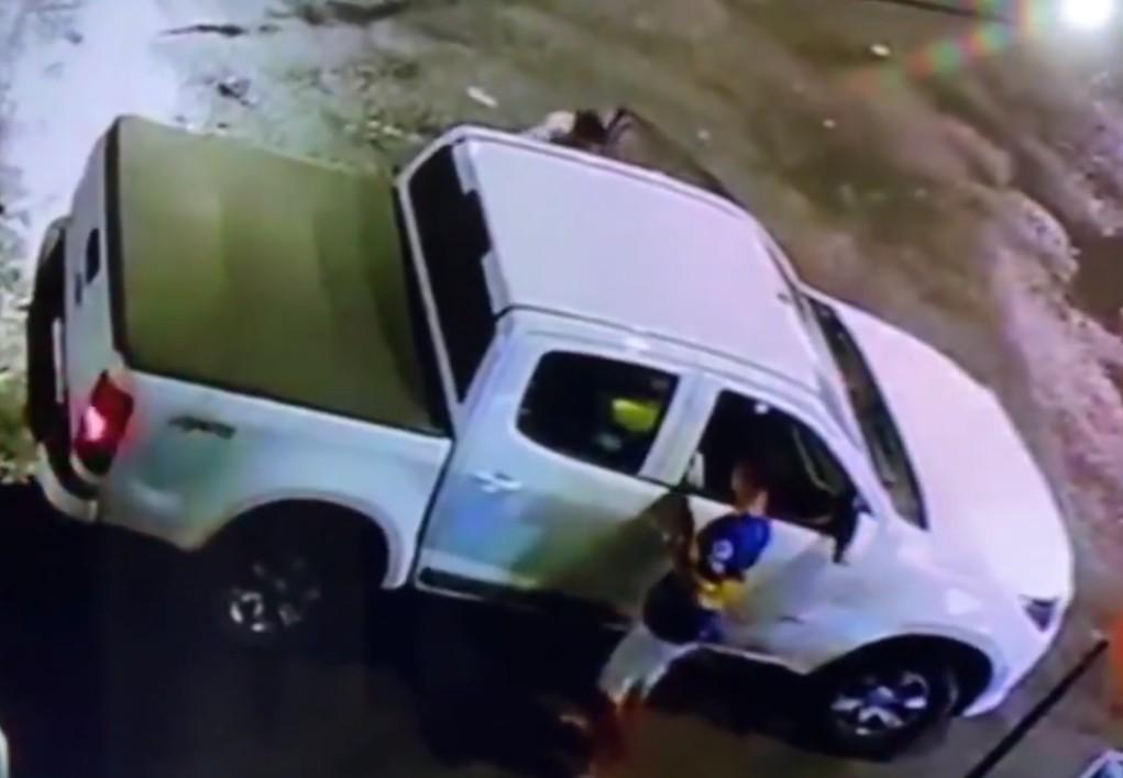 Homem tem carro roubado por dupla armada e é feito refém dentro do veículo em Salvador; VÍDEO
