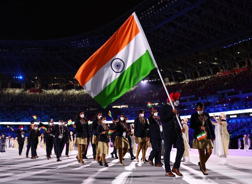 Os indianos Harmanpreet Singh e Mary Kom Hmangte carregam a bandeira do país durante a cerimônia de abertura dos Jogos Olímpicos de Tóquio, no Japão — Foto: Kai Pfaffenbach/Reuters