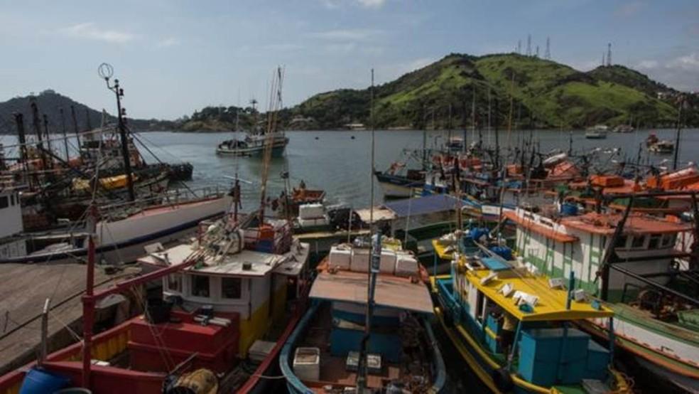 Ibama já aplicou 19 multas em 2018 em pescadores do Espírito Santo; na praia de Suá; eles foram proibidos de pescar camarão — Foto: Fabricio Saiter/ BBC