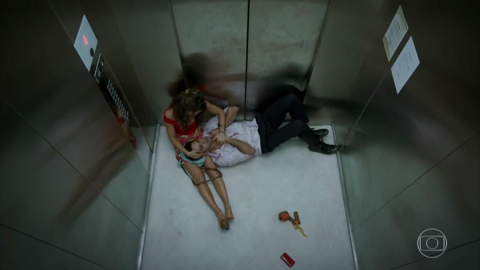 Tancinha (Mariana Ximenes) tenta acalmar Beto (João Baldasserini) durante crise de pânico - 'Haja Coração' — Foto: Globo