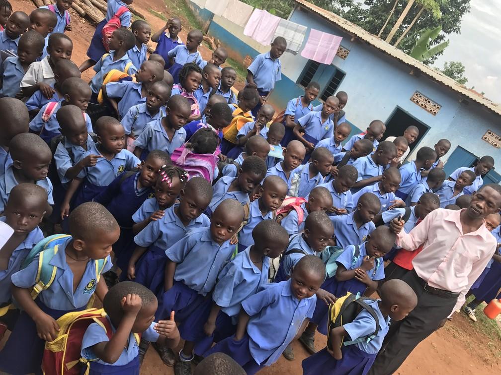Professor Sula organiza filas de alunos da Saint Mary's. (Foto: Escola em Uganda)