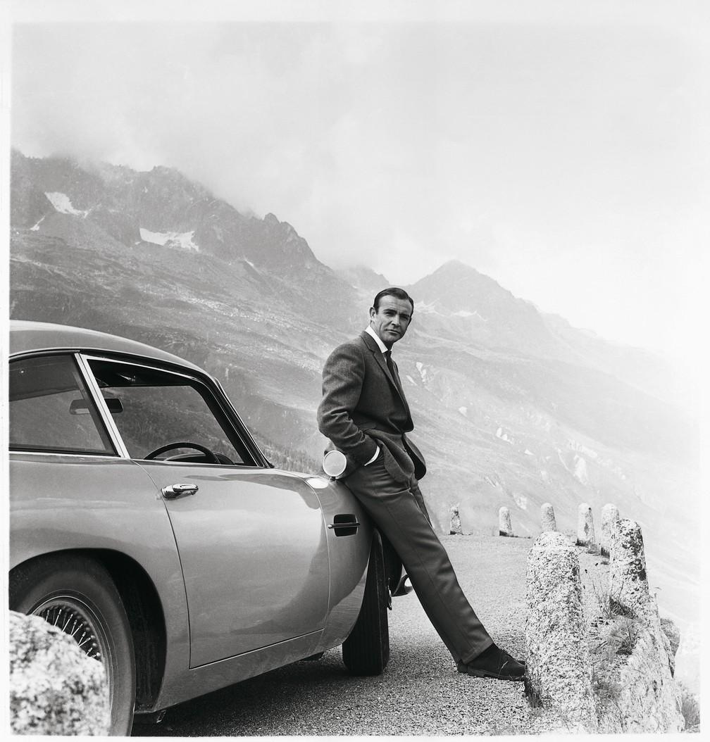 """Sean Connery e o Aston Martin DB5, de 1964, nas gravações de """"007 - Contra Goldfinger"""" — Foto: Aston Martin/Divulgação"""