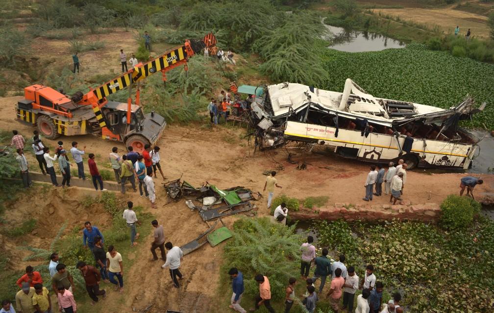 Guincho retira ônibus que se envolveu em acidente em Agra, na Índia, nesta segunda-feira (8)  — Foto: Pawan Sharma/AP