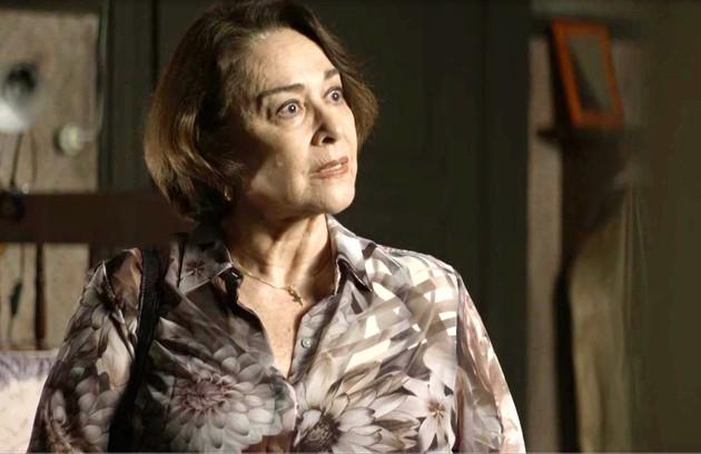 Na segunda-feira (21), depois de descobrir os crimes de Josiane (Agatha Moreira),  Evelina (Nívea Maria) vai acobertar a neta (Foto: Reprodução)