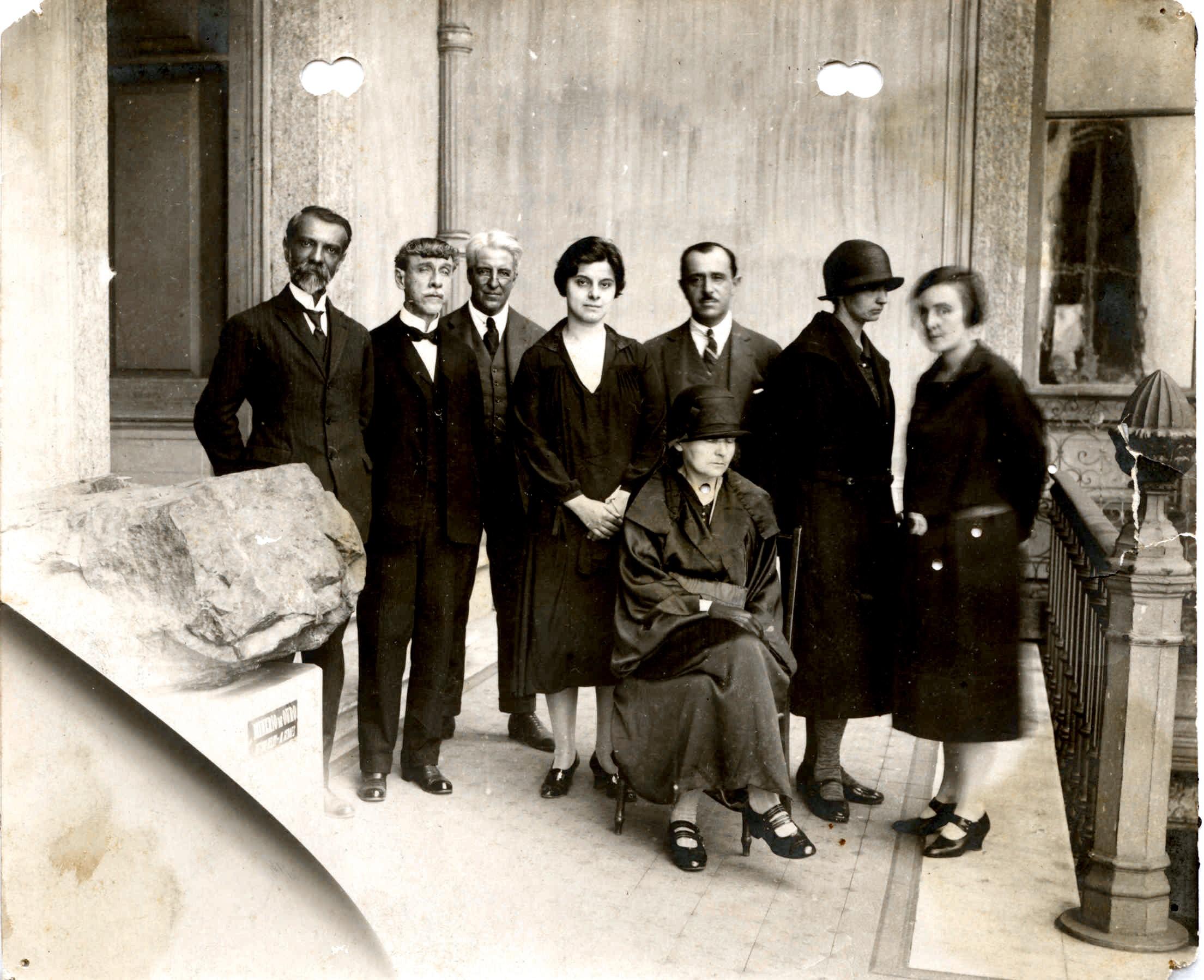Marie Curie ( que está sentada na foto) no Museu Nacional (Foto: Divulgação/Museu Nacional)