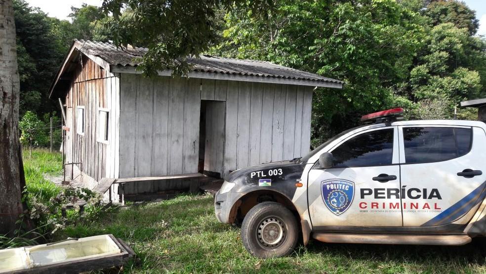 -  Sitiante contou à polícia que havia um machado ao lado do corpo  Foto: Extra de Rondônia/Reprodução