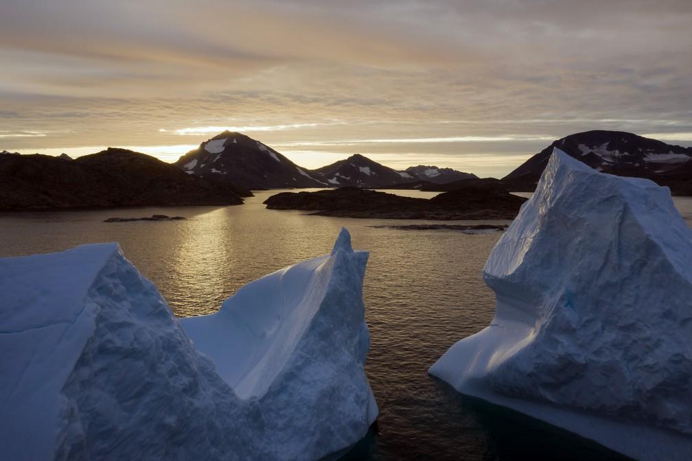 Foto de arquivo mostra uma vista aérea de grandes icebergs flutuando enquanto o sol nasce perto de Kulusuk, na Groenlândia. A Groenlândia está derretendo mais rapidamente na última década e, neste verão, viu dois dos maiores derretimentos já registrados desde 2012.  — Foto: Felipe Dana/AP