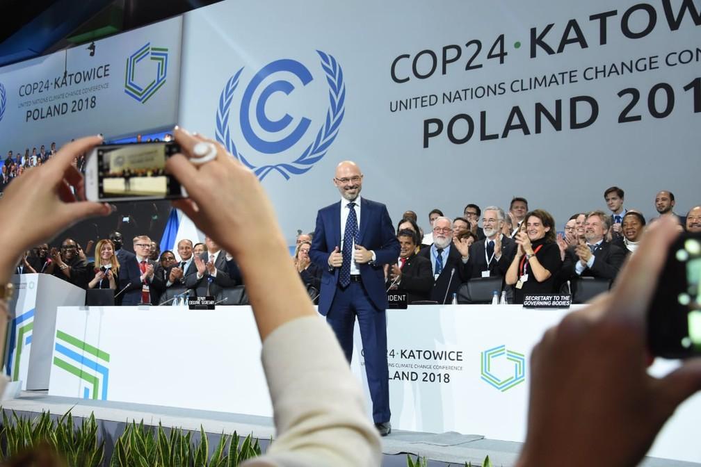 """Presidente da COP 24, Michal Kurtyka, comemora a aprovação do """"livro de regras de Katowice"""", que regula o Acordo de Paris. — Foto: Twitter/Michal Kurtyka"""