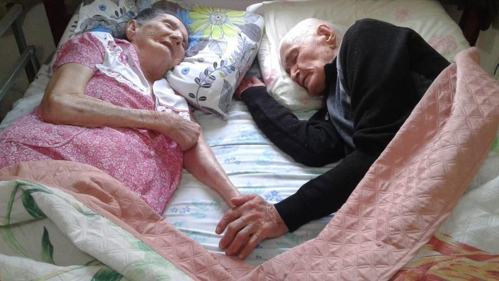 De mãos dadas, Francisco e Sebastiana dormem em casa após 10 dias internados (Foto: Jane Alves/Arquivo Pessoal)