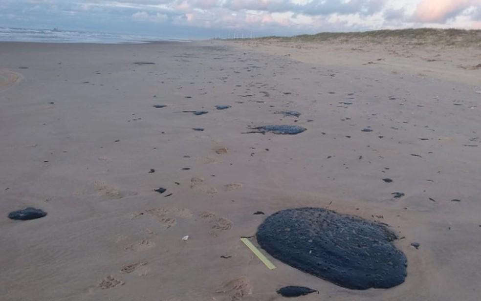 Manchas de óleo na Praia de Pirambu, no litoral de Sergipe, foram encontradas nesta terça-feira (24) — Foto: Reprodução/TV Sergipe