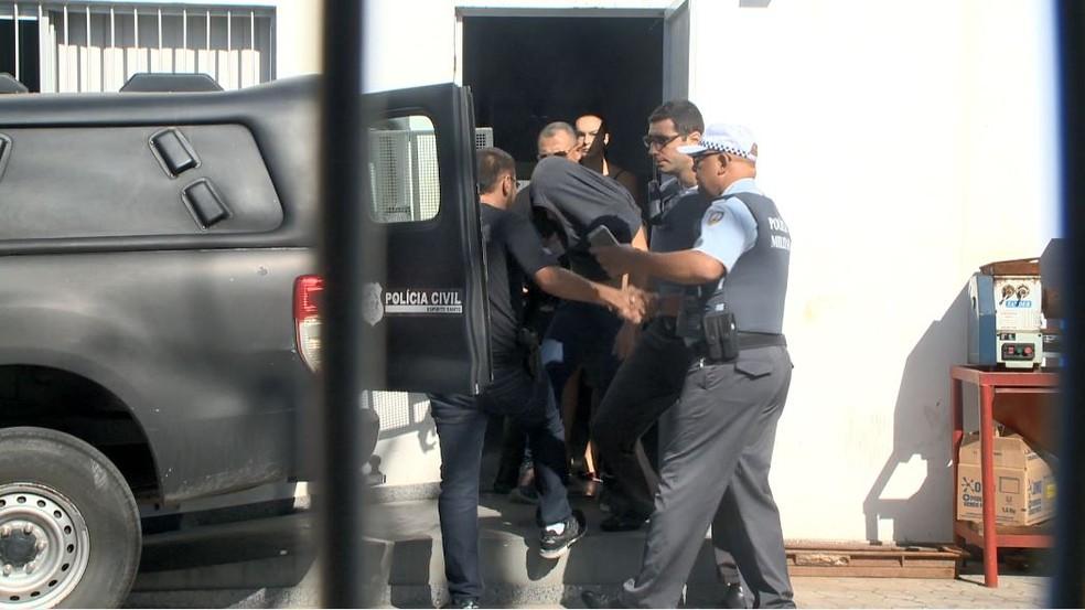 Motorista foi levado para fazer exames e retornou para a delegacia — Foto: Reprodução/ TV Gazeta