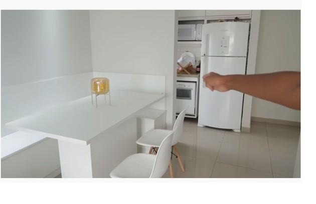 Atualmente, a youtuber mora sozinha num apartamento  (Foto: Reprodução)