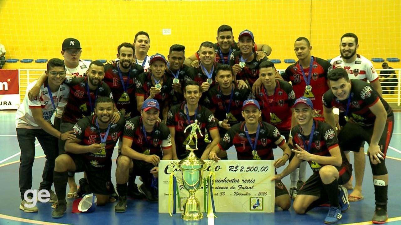 Jogadores do Belos levantam a taça de campeão do Piauiense de futsal