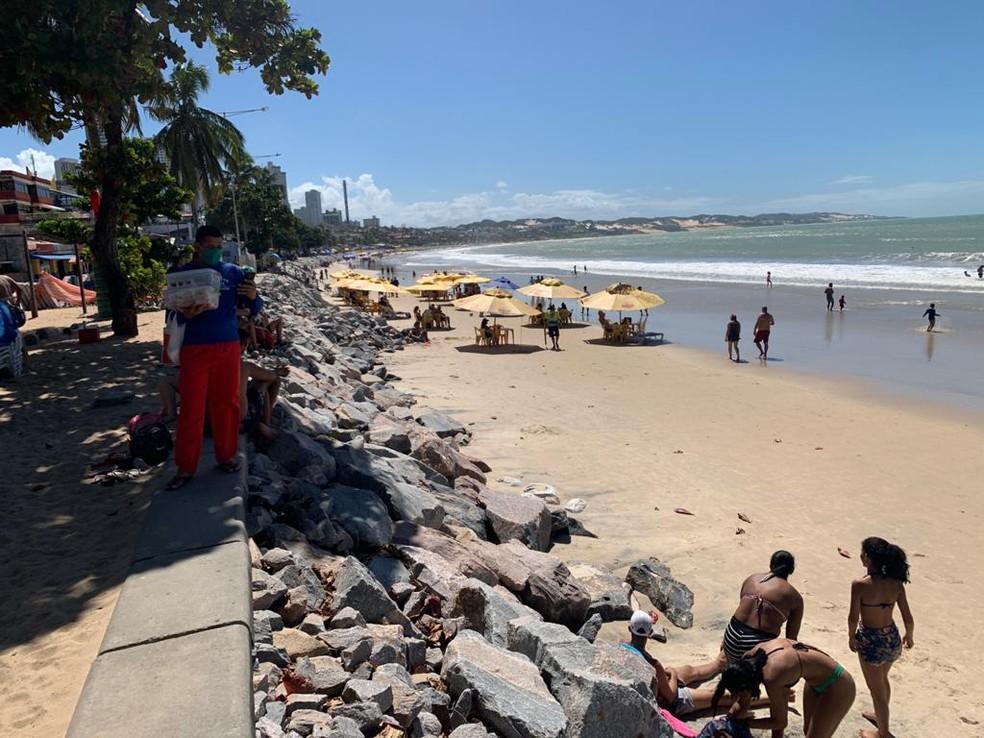 Praia de Ponta Negra tem barracas funcionando neste domingo (2) — Foto: Wild Nascimento