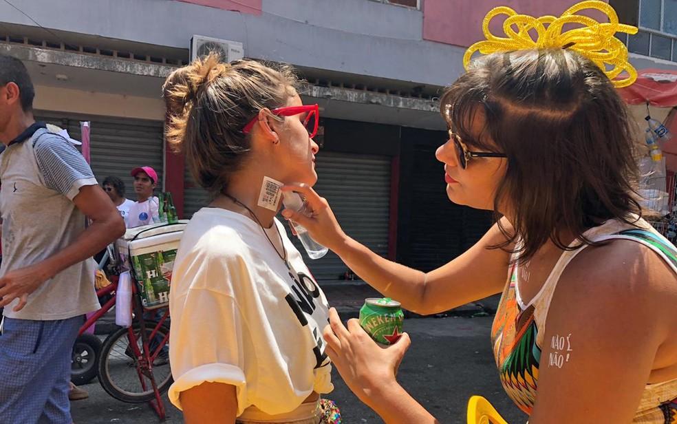 Tatuagens distribuídas no carnaval do Recife são contra assédio — Foto: Pedro Alves/G1