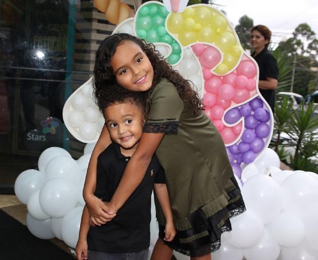 Os filhos de Luciele di Camargo e Denilson, Davi e Maria Eduarda  (Foto: Thiago Duran/AgNews)
