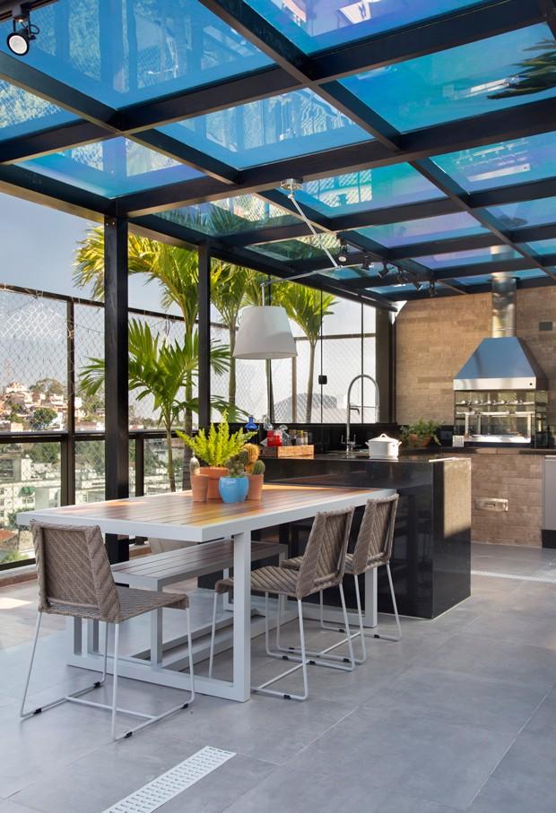TERRAÇO | Mesa e cadeiras da Vivence Interiores e Exteriores. Luminária modelo Artemide, da Cristalux (Foto: Denilson Machado / MCA Estúdio)