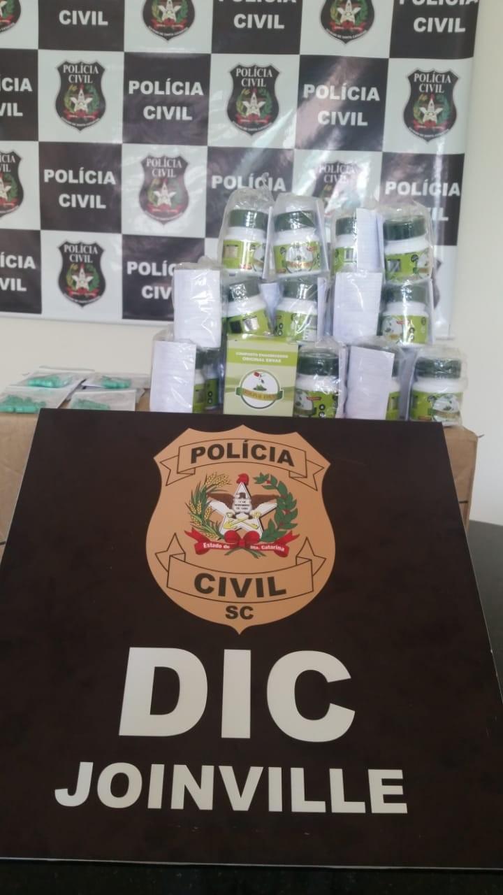 Produtos foram apreendidos na casa de uma mulher em Garuva. Remédios eram  vendidos pela internet e em grupos de aplicativos de celular Polícia ... fbc489cc7bc