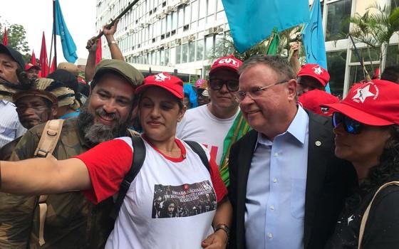 Integrantes do MST tietam Blairo Maggi, um dos maiores latifundiários do país (Foto: Divulgação)