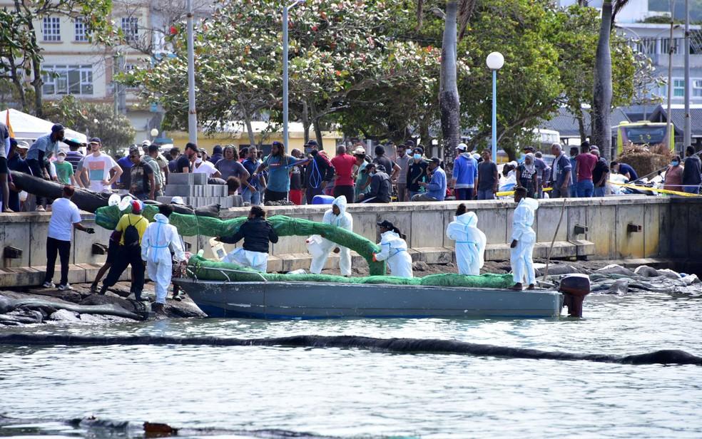 Voluntários trabalham para conter vazamento em Maurício — Foto: Reuters/Dev Ramkhelawon/L'Express Maurice