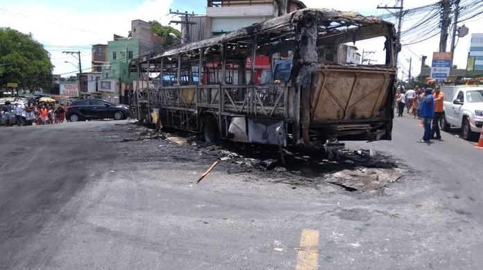 Ônibus é incendiado em Salvador  31ade5ffde599