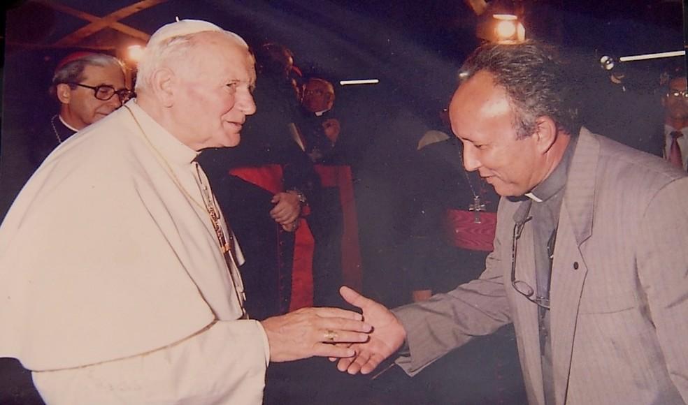 Monsenhor Lucas Batista Neto cumprimenta o papa João Paulo II durante visita do pontífice a Natal — Foto: Arquivo pessoal
