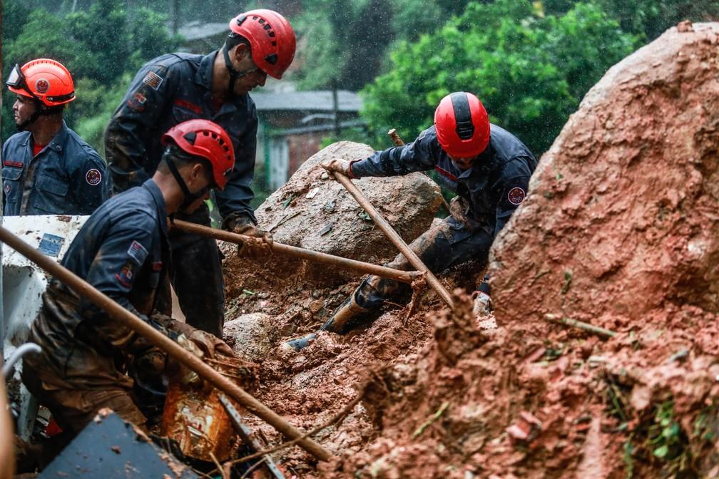 Bombeiros trabalham em área de deslizamento em Guarujá, na Baixada Santista — Foto: Werther Santana/Estadão Conteúdo