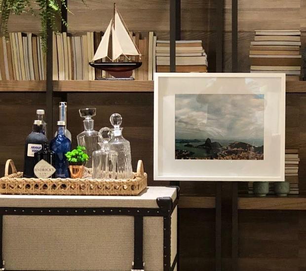 """Um dos lançamentos da Artefacto, a estante Tournai faz parte de um ambiente inspirado no filme """"A Praia"""" (Foto: Divulgação)"""