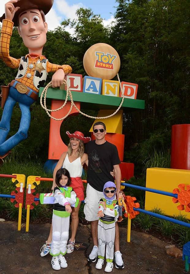 Fernanda Pontes com a família na Toy Story Land  (Foto: Reprodução/Instagram)