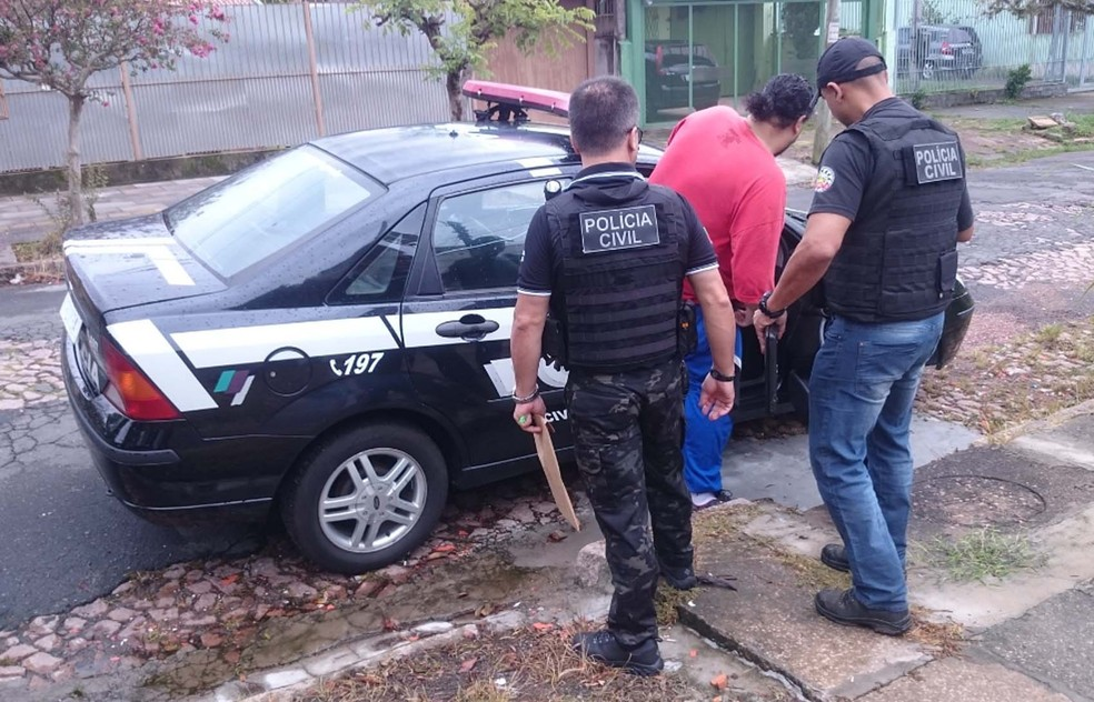 Suspeito conduzido pela polícia na manhã desta quarta-feira (Foto: Divulgação/Polícia Civil)