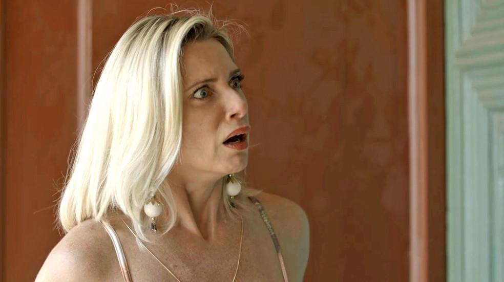 Marilda (Letícia Spiller) fica desesperada quando Fabim (Marcello Melo Jr.) repara em ruga, em 'O Sétimo Guardião' — Foto: TV Globo